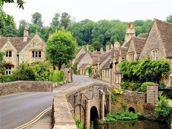 Bridge and houses in the Cotswolds